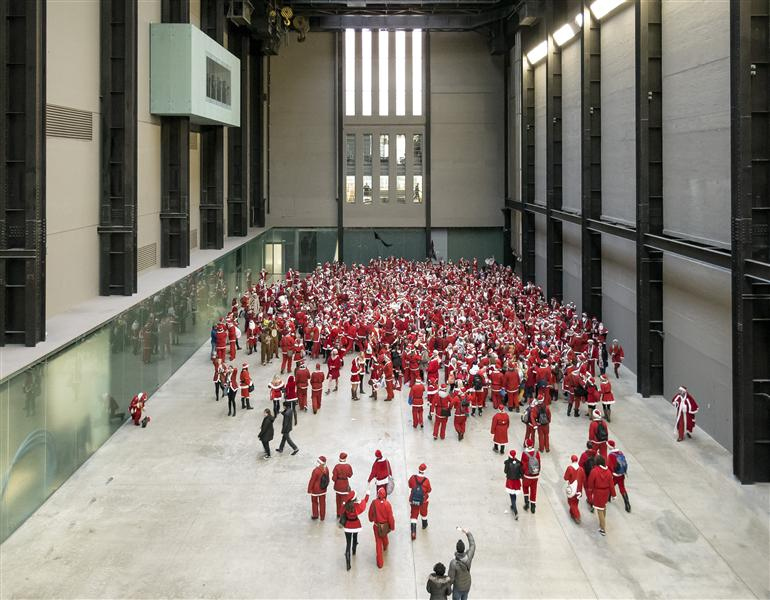 SantaCon Pub Crawlers at Tate Modern setting up a Flash Mob