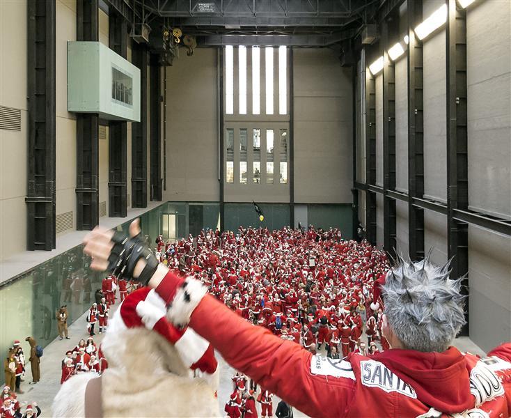 SantaCon Pub Crawlers at Tate Modern doing a Flash Mob